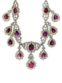 Beigefügt ein Befundbericht von GECI Nr. 1017642 vom April 2016. Prächtiges, hochwertiges Collier besetzt mit 31 violett-roten facettierten Rubinen im ovalen, ...