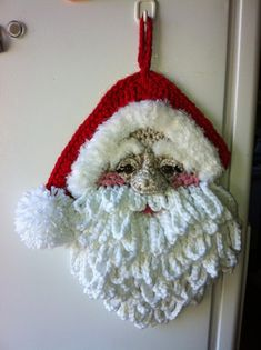 2015 Hanging Christmas crochet Santa craft with elf hat - door decor, homemade knitted SantaLINDEVROUWSWEB: Crocheted Christmas applications maybe I can figure out this one by the picture onlyCrochet Santa, wall decor, by Jerre Lollman. Crochet Santa, Cute Crochet, Crochet Crafts, Yarn Crafts, Crochet Toys, Crochet Projects, Diy Crafts, Crochet Tutorials, Crotchet