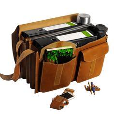 Die größte unserer Leder-Aktentaschen: Zwei breite A4 Aktenordner packt sie lässig, dazu noch eine Thermoskanne für die Pause und der Laptop findet in der mittigen Reißverschlusstasche selbstverständlich auch noch seinen Platz. Jahn-Tasche aus Leder, Cognac-Braun, Modell 677. 169,00 €