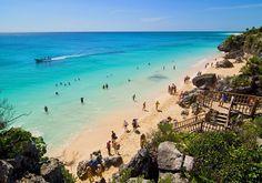 Tulum i Mexico er flere gange blevet kåret som en af verdens smukkeste strande, og her er også en hyggelig hippieagtig by og masser af maya-ruiner.