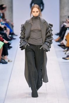 Max Mara Fall 2020 Ready-to-Wear Fashion Show - Vogue High Street Fashion, High Fashion Outfits, Mode Outfits, Fall Fashion Trends, Fashion Week, Fashion Brands, Autumn Fashion, Catwalk Collection, Fashion Show Collection