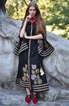 Довга чорна сукня-вишиванка