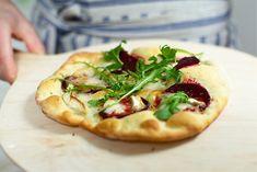 Surdegspizza med rödbetor och getost