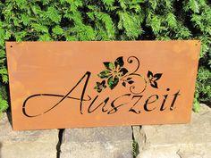 """Edelrost Gedichttafel """"Auszeit""""  Die Spruchtafel ist ein Hingucker in jedem Garten und zieht gerade in Vorgärten die Blicke auf sich.  Spruch auf der Tafel lautet:  """"Auszeit""""  und ist mit einem schönen Blütenmuster versehen.  Größe:      Höhe: 30 cm     Breite: 80 cm  Preis: 23,- €"""