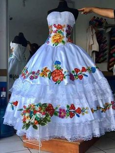 How to pick out Quinceanera dress for a Quinceanera party -- the traditional Latin American ritual that marks the passage of a woman from childhood to adulthood. Quince Dresses Mexican, Mexican Quinceanera Dresses, Mexican Fashion, Mexican Outfit, Traditional Mexican Dress, Traditional Dresses, Dama Dresses, Prom Dresses, 15 Birthday Dresses