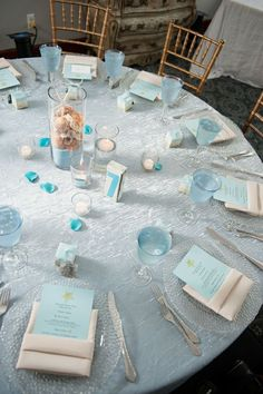 Une table de mariage décoration marine bien garnie avec du blanc et bleu