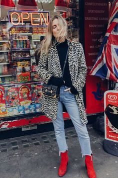 Lucy Williams mostra look cool perfeito com botas vermelhas + calça cropped + casaco animal print.