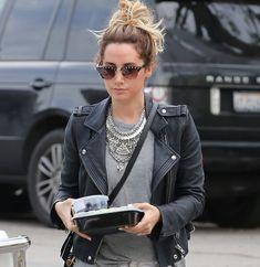 Cet hiver, comme Ashley Tisdale, on adopte la #tendance du gros #collier argenté ! #rock #boho #mode