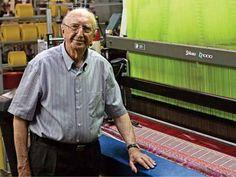 Walter Orthman no parque fabril da Renauxview, empresa onde trabalha há 75 anos - recorde no Brasil