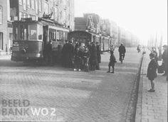 1942 Amsterdam.  Eten laden in trams Van Hallstraat. Ook de jeugd probeert een hapje te krijgen.