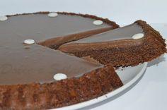 Per gli amanti del cioccolato non potete non provare questa crostata ai tre cioccolati, una morbida base combinata con una dolce mousse!