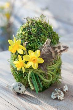 Easter decoration The moss egg is a nice gift if you have an Easter brunch Easter Flower Arrangements, Floral Arrangements, Hoppy Easter, Easter Eggs, Easter Brunch, Deco Table, Spring Crafts, Easter Baskets, Easter Crafts