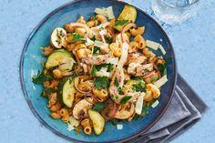 Het mooie aan dit pastagerecht: je bereidt alles in één pan - Recept - Allerhande Pasta Recipes, Italian Recipes, Potato Salad, Healthy Snacks, Main Dishes, Zucchini, Clean Eating, Lunch, Cooking