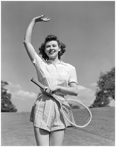 Woman tennis player waving smiling holding racket 1939 | © Pleasurephoto Room Tennis Doubles, 1940s Woman, Vintage Tennis, Vintage Sport, Tennis Clothes, Tennis Outfits, Tennis Wear, Tennis Fashion, Actrices Hollywood