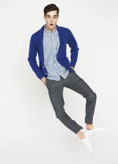ブルーのカシミヤカーディガンに、ブルー・ストライプのシャツでミニマルなスタイリング。<br /> イージーパンツもコンパクトに、デイリーユースを楽しむ。<br />