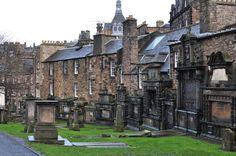 Le cimetière de Greyfriar est situé en plein cœur de la vieille ville d'Edimbourg à deux pas de Royal Mile. Il fait aussi partie de notre sélection des insolites cimetières d'Europe; Crédit Photo Ooh my world #edimbourg #edinburgh #ecosse #scotland