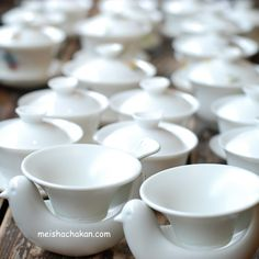 A gaiwan(Japanese:蓋碗=ガイワン) is a Chinese lidded bowl used for  the infusion and consumption of tea.  It is a very useful one.