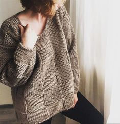 simple and beautiful. Sweater Knitting Patterns, Knitting Stitches, Knit Patterns, Hand Knitting, Poncho Pullover, Pullover Outfit, Knit Fashion, Pulls, Knitwear
