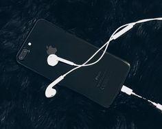 Iphone 7 Plus preto brilhante e fone de ouvido - Iphone 7 plus jet black and earphones - flatlay