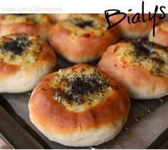 Easy Thermomix bialys recipe lets you decide if this cousin of the bagel is better than traditionally boiled buns. Onions, cheese and poppy seeds make it . Bialys Recipe, Bagel Recipe, Bun Recipe, Thermomix Bread, Bagel Shop, European Cuisine, Good Food, Yummy Food, Russian Recipes