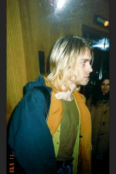 Kurt Cobain not looking amused Frances Bean Cobain, Kurt And Courtney, Donald Cobain, Nirvana Kurt Cobain, Nirvana Band, Estilo Grunge, Smells Like Teen Spirit, Dave Grohl, Foo Fighters