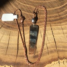 Issus de toiture en cuivre et une soupe brûlée peut pendentif sur une chaîne de cuivre.