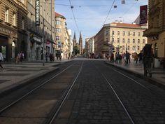 Este es la plaza de IP Pavlova, está al lado de la plaza de Paz(ves la iglesia). En la plaza hay muchas tiendas con comida, comidas rápidas y restaurantes.