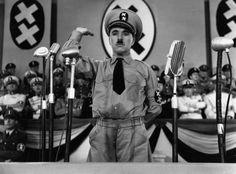 """Als Chaplin selbst einen Tonfilm machte, gelang ihm mit """"Der große Diktator"""" eine der brillantesten Filmsatiren der Kinogeschichte. Mehr dazu hier: http://www.nachrichten.at/nachrichten/kultur/Charlie-Chaplin-Hollywoods-erster-Weltstar-war-zu-Hause-nicht-lustig;art16,1360787 (Bild: OÖN)"""