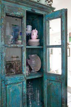 Armoire antique couleur turquoise, porte vitrée