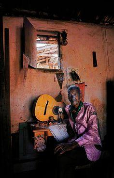 Mestre Cartola em casa, no Morro da Mangueira, Rio de Janeiro, em 1969, fotografado por Maureen Bisilliat.  Veja mais em: http://semioticas1.blogspot.com.br/2012/04/certas-cancoes.html