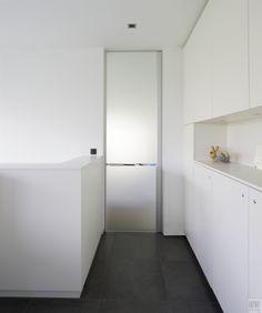 Kamerhoge glazen deur van hal naar woonkamer in gezandstraald glas met een heldere lijn ter hoogte van de handgreep.