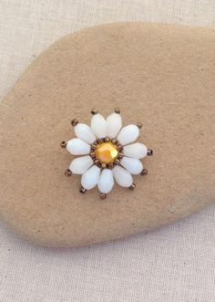 Free tutorial to make this cute beaded daisy flower - uses brick stitch. Super easy!!