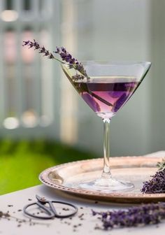 Martini alla lavanda - Ingredients 1 oz Crème de Violette 1 oz Gin (we used Bluecoat) 1 oz Vodka (we used Belvedere) ¼ oz Domaine de Canton ¼ oz St. Germaine (elderflower liqueur) 1 dash Scrappy's Lavender Bitters Fresh cut lavender for garnish Lavender Martini, Lavender Cocktail, Lavender Syrup, Lavender Drink, Lavender Green, Lavender Flowers, Dessert Aux Fruits, Vanilla Vodka, Cocktail Shaker