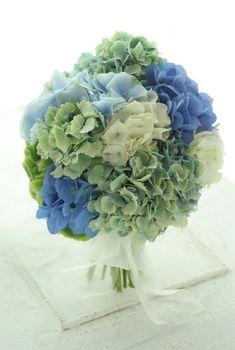 軽井沢まで宅急便でお届けした、生花のアジサイのブーケ。蒼、青、緑、翠、翡翠。この時期アジサイはたくさんの青と緑の色があって市場を何往復もし、おそろしく吟味...