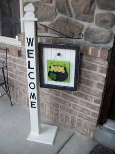 Seasonal Welcome Sign, brightens up the front door! Welcome Post, Porch Welcome Sign, Front Porch Signs, Front Door Decor, Crafts To Do, Diy Crafts, Porch Posts, St Patrick's Day Decorations, Diy Porch