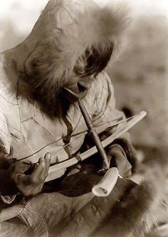 Drilling Ivory I Photo created in 1929 by Edward S. Curtis I The photograph presents an Eskimo man, wearing hooded parka, manually drilling an ivory tusk Native American Photos, Native American History, Native American Indians, American Life, Inuit People, Kings Island, Inuit Art, Labrador, Native Indian