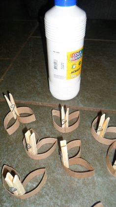 Lindezas! estou fazendo um arabesco para compor a decoração da minha festa (que eu mesma vou fazer!). Segue o passo a passo, as fotos não ficaram muito boas mas espero que gostem... Comece a juntar rolinhos de papel higiênico, fica melhor se for da