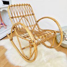 Décoration Brocante chambre d'enfant esprit année 50-60 ambiance bohème Adorable petit rocking chair en rotin et osier dans un état impeccable.