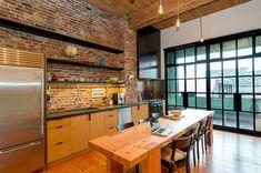 kücheneinrichtung große fenster ziegel pendelleuchten cooler kühlschrank