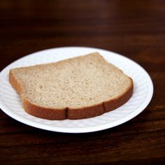 Pin for Later: Wie sehen eigentlich 100 Kalorien aus? Vollkornbrot Eine Scheibe: 110 Kalorien