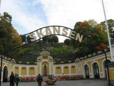 Se avete deciso di visitare Stoccolma con la famiglia al seguito, una tappa è assolutamente imperdibile: si tratta di Skansen, un parco giochi e zoo all'aperto che ha rappresentato, e rappresenta tuttora, un esempio seguito da molte altre città nella creazione di aree verdi e di zone appositamente dedicate ai più piccoli.
