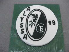Hallo ihr Lieben, am Samstag feierte Alyssa mit dieser Torte ihren 18. Geburtstag. Als großer FC Freiburg-Fan musste es natürlich die passende Torte geben.  Unter dem Fondant versteckt sich ein heller Tortenboden mit Erdbeercreme-Füllung.