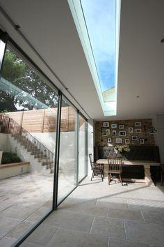 Blinds hidden in ceiling & digging down to create light but privacy. Leuke natuurlijke lichtstraal