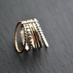 Les grains de raisin forment une belle grappe quand ils poussent, comme les anneaux de cette bague. Forgés à la main à partir d'argent recyclé et **Gold Filled, les anneaux sont maintenus ensemble par une petite bande d'argent, sans qu'elle les empêche pour autant de tourner. C'est une