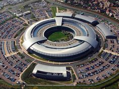 New documents leaked by Edward Snowden to The Guardian reveal that the British spy center GCHQ collected email messages from major news outlets around the world, including the BBC, Le Monde, New York Times and the Washington Post. Edward Snowden, Google Store, Community Manager Freelance, Union Européenne, Right To Privacy, Intelligence Service, Competitive Intelligence, Amnesty International, British Government