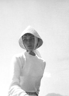 August Audrey Hepburn photographed by her fiancé Mel Ferrer on a boat on Lake Lucerne in Bürgenstock, Switzerland. Golden Age Of Hollywood, Old Hollywood, Hollywood Actresses, Beautiful Lips, Beautiful Women, Timeless Fashion, Classy Fashion, Audrey Hepburn Style, I Believe In Pink