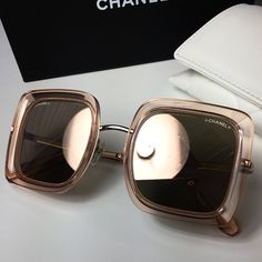 Chanel ✨ #oticaswanny Glasses Outfit, Cute Glasses, Fashion Eye Glasses, Trending Sunglasses, Sunglasses Women, Glasses Frames Trendy, Glasses Trends, Urban Outfitters Sunglasses, Lunette Style