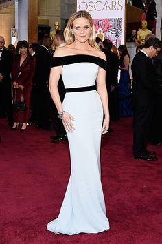 Reese Witherspoon glänzte in einer weiß-schwarzen Robe von Tom Ford auf dem roten Teppich der Oscars 2015. Mehr Oscar-Looks: http://www.red-carpet.de/fashion-beauty/oscars-2015-cumberbatch-tatum-stars-auf-rotem-teppich-bilder-201549565
