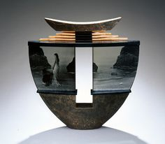 Mary van Cline (s.1954) Ameerika klaasikunstnik.Tema kombineerib fotosid, mis on trükitud valgustundlikule klaasile ja klaasivalu oma installatsioonides, kasutades ka teisi materjale, nagu puit, metall jne. Kasutades tihti klassikalise kunsti vormikujundeid, nagu amforad, viitab ta minevikumäletustele.