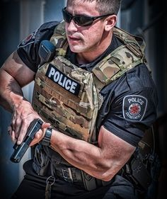 It is not easy to build muscle. So, it's essential to maximize every minute you spend muscle building by making sure you are using the right techniques. Police Gear, Police Life, Military Gear, Police Officer, Police Memes, Military Army, Special Ops, Special Forces, Airsoft